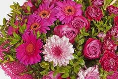 Centro de flores de las flores rosadas en el backgrount blanco Fotos de archivo