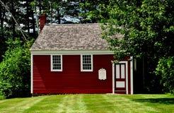 Centro de Jaffrey, New Hampshire: Casa vermelha pequena da escola 1822 Imagens de Stock