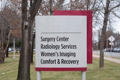 Centro de la cirugía, servicios de la radiología, proyección de imagen para mujer, comodidad y imagen de archivo libre de regalías