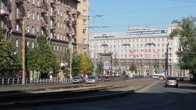 Centro de la ciudad de Cheliábinsk por la mañana Calle y opinión de Tzvilinga a los edificios en las calles
