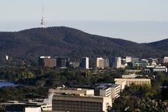 Centro de la ciudad de Canberra con la torre de Telstra foto de archivo libre de regalías