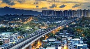 Centro de la ciudad de Hong-Kong y tren urbanos de la velocidad de la puesta del sol Imagen de archivo libre de regalías