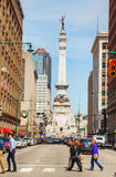 Centro de la ciudad de Indianapolis con los marineros y el monumento de los soldados Imagen de archivo