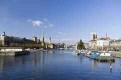 Centro de la ciudad de Zurich y río de Limmat Imágenes de archivo libres de regalías