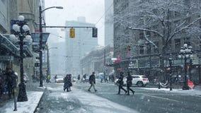 Centro de la ciudad del camino de la gente que cruza en tiempo nevoso almacen de video