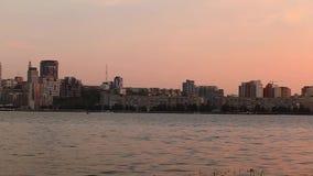 Centro de la ciudad en la opinión del timelapse de la noche del top en Dnipro, Ucrania almacen de metraje de vídeo