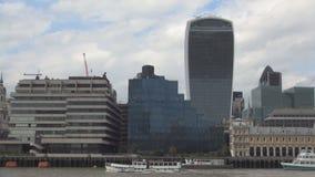 Centro de la ciudad de Londres con las naves del río Támesis y los edificios modernos en fondo almacen de metraje de vídeo