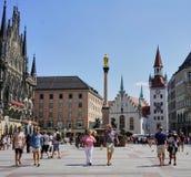 Centro de la ciudad de Munich en Marienplatz con los turistas y los compradores foto de archivo libre de regalías