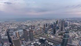 Centro de la ciudad de la noche de Dubai al timelapse del día antes de la salida del sol Visión aérea con las torres y los rascac metrajes