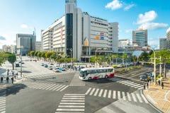 Centro de la ciudad que cruza de Okinawa Kencho-mae de Naha, Okinawa, Japón imagen de archivo