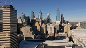 Centro de la ciudad urbano Philadelphia Pennsylvania de los edificios altos del centro de ciudad de la base almacen de metraje de vídeo
