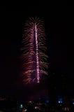 Centro de la ciudad y Burj Khalifa de Dubai de los fuegos artificiales Foto de archivo libre de regalías