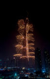 Centro de la ciudad y Burj Khalifa de Dubai de los fuegos artificiales Fotos de archivo