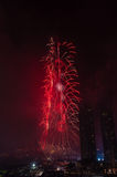 Centro de la ciudad y Burj Khalifa de Dubai de los fuegos artificiales Imagen de archivo
