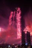 Centro de la ciudad y Burj Khalifa de Dubai de los fuegos artificiales Imagenes de archivo