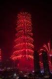 Centro de la ciudad y Burj Khalifa de Dubai de los fuegos artificiales Imagen de archivo libre de regalías