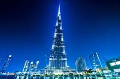 Centro de la ciudad y Burj Khalifa de Dubai en la noche Foto de archivo libre de regalías