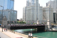 Centro de la ciudad y río de Chicago Foto de archivo libre de regalías