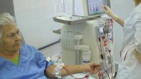 Centro de la hemodialisis Conexión de una persona almacen de metraje de vídeo