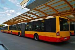 ; Centro de la parada de autobús en la estación central de Varsovia (Varsovia Centralna) fotografía de archivo
