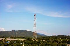 Centro de la torre de la telecomunicación de la montaña Imagenes de archivo