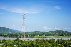 Centro de la torre de la telecomunicación del fondo de la montaña Fotos de archivo libres de regalías