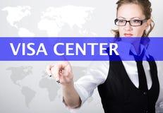 Centro de la visa escrito en barra de la búsqueda en la pantalla virtual Tecnologías de Internet en negocio y hogar Mujer en jueg Imagen de archivo