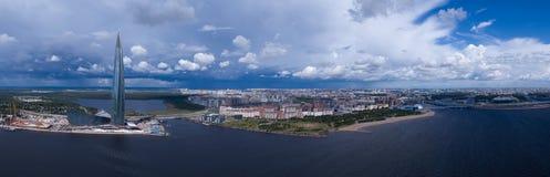 Centro de Lakhta do arranha-céus e o estádio novo foto de stock