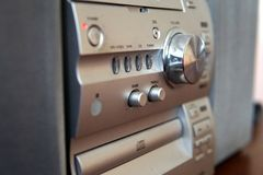 Centro de música compacto moderno com controle de volume fotos de stock
