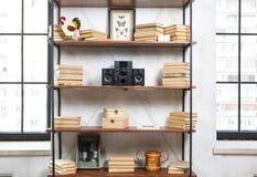 Centro de música compacto no interior residencial do sótão do vintage na prateleira fotografia de stock