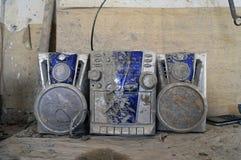 Centro de música quebrado sujo na oficina da cerâmica imagens de stock