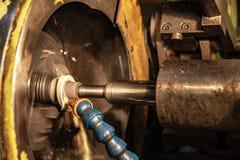 Centro de mecanización del CNC de la alta precisión que muele que trabaja, proceso automotriz de la pieza de la muestra imagen de archivo