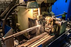 Centro de mecanización del CNC de la alta precisión que muele que trabaja, proceso automotriz de la pieza de la muestra imágenes de archivo libres de regalías