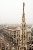 Centro de Milán, visión desde la catedral gótica Fotos de archivo