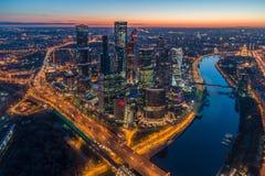 Centro de negócios da cidade de Moscou no nascer do sol Silhueta do homem de negócio Cowering Rússia imagem de stock royalty free