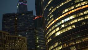 Centro de negócios internacional, trabalhos 24 horas Prédio, luzes do escritório na noite vídeos de arquivo