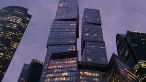 Centro de negócios internacional, trabalhos 24 horas Prédio, luzes do escritório na noite filme