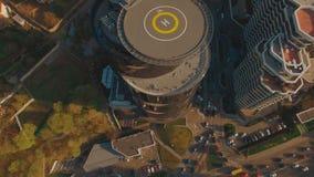 Centro de negócios moderno da estrada do trânsito intenso com metragem da antena do heliporto 4K UHD filme