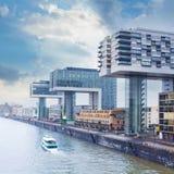 Centro de negócios moderno no fundo do céu azul na água de Colônia, Alemanha fotografia de stock