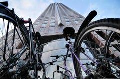 Centro de negócios moderno novo com bicicleta imagens de stock