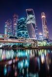 Centro de negócios de Moscou da noite com luzes fotos de stock