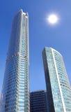 Centro de negócios sob o céu azul com o sol. Fotografia de Stock