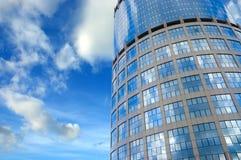 Centro de negocios bajo opinión asoleada del extremo del cielo fotos de archivo libres de regalías