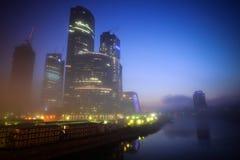 Centro de negocios de Moscú en la noche Fotos de archivo libres de regalías
