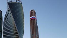 Centro de negocios internacional de los rascacielos (ciudad) en la noche, Moscú, Rusia almacen de video