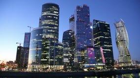 Centro de negocios internacional de los rascacielos (ciudad) en la noche, Moscú, Rusia almacen de metraje de vídeo