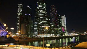 Centro de negocios internacional de los rascacielos (ciudad) en la noche, Moscú, Rusia metrajes