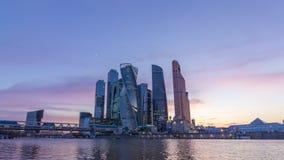 Centro de negocios de la ciudad de Moscú y cielo azul en la puesta del sol Rusia almacen de metraje de vídeo