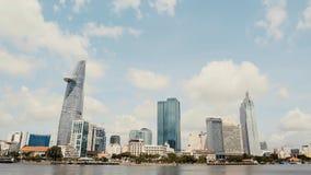 Centro de negocios de los rascacielos en Ho Chi Minh City en Vietnam encendido contra la perspectiva de ramas de inclinación de á Imagen de archivo