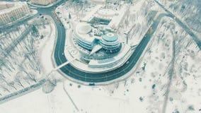 Centro de negocios moderno contra paisaje urbano en la mañana del invierno Opinión aérea del abejón almacen de video